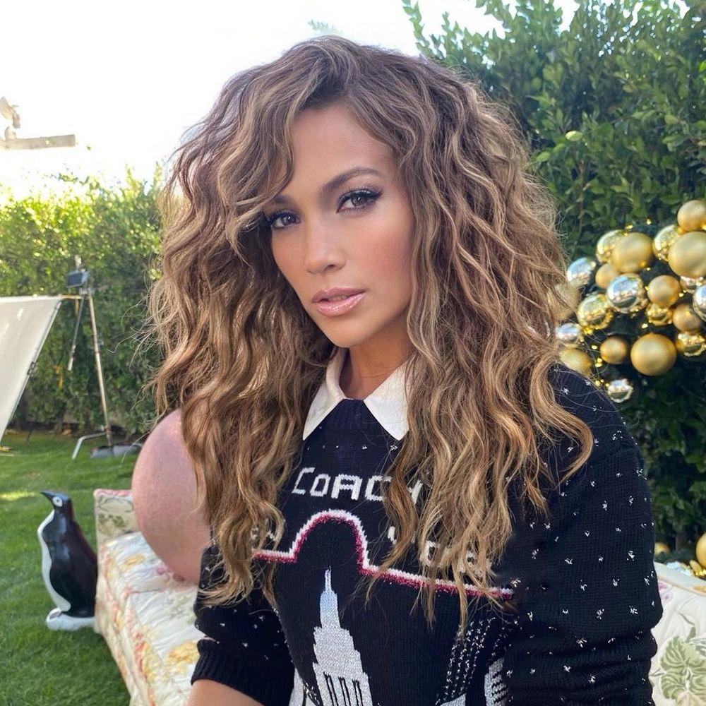 Jennifer Lopez es fiel a los cortes shaggy para su melena rizada.