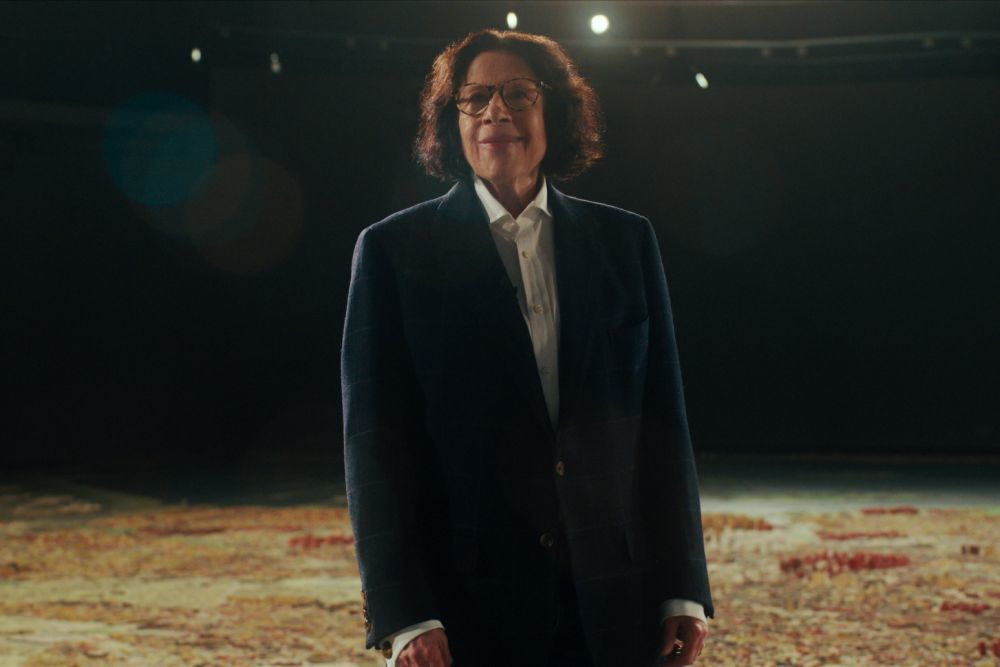 La escritora y humorista, sobre una maqueta de Nueva York, en el documental. (Netflix)