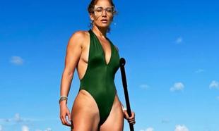 Jennifer Lopez practicando paddle surf en sus vacaciones.