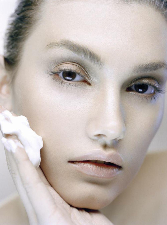 Extiende bien la crema en la zona del mentón para evitar que la acumulación de productos favorezca la aparición de acné.