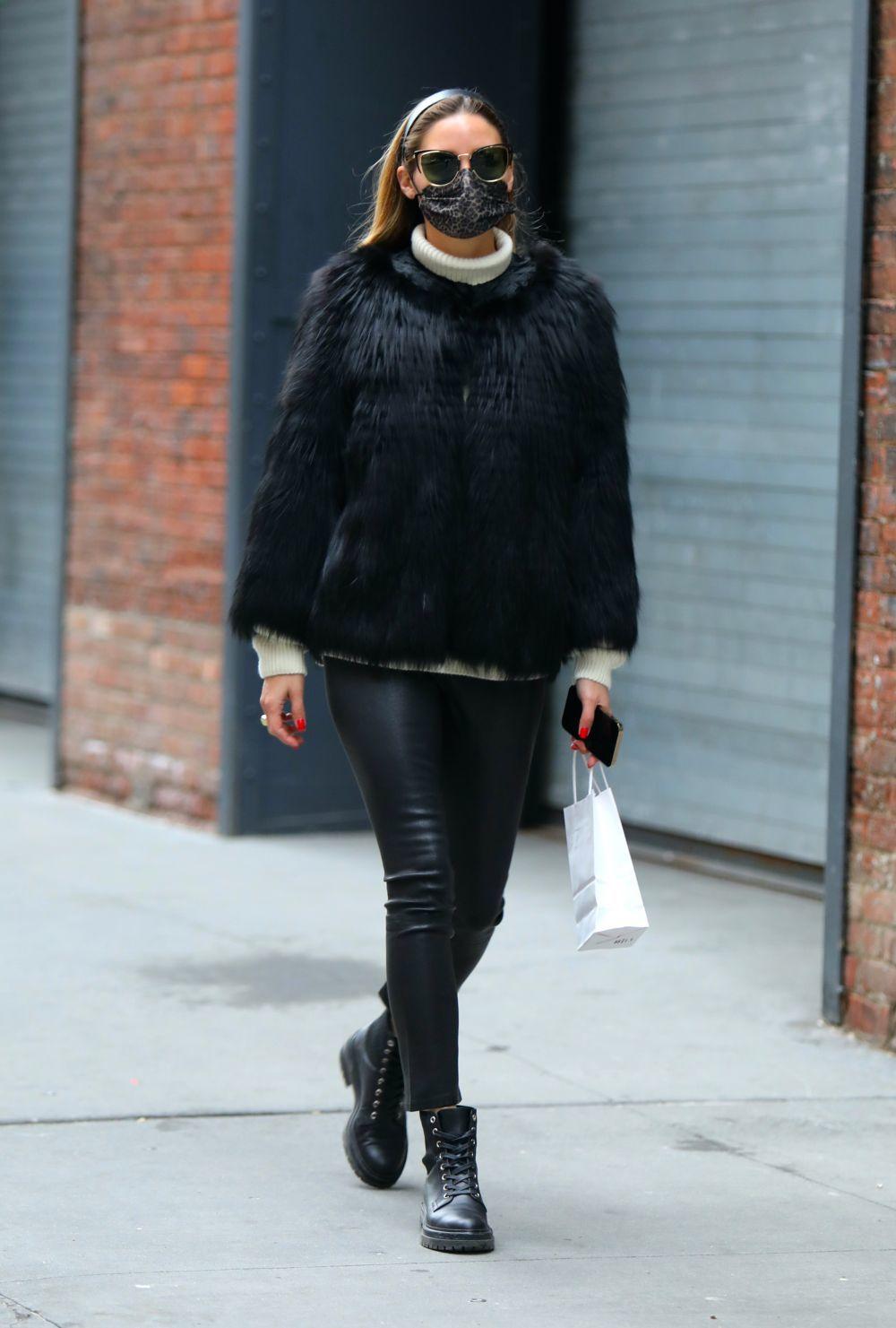 Olivia Palermo con leggins de cuero.