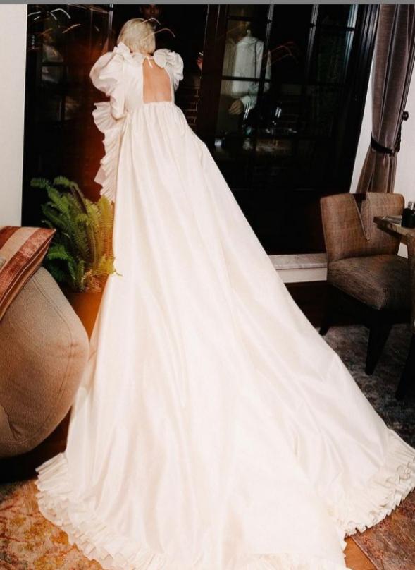 La larga cola del vestido de Vreeland.