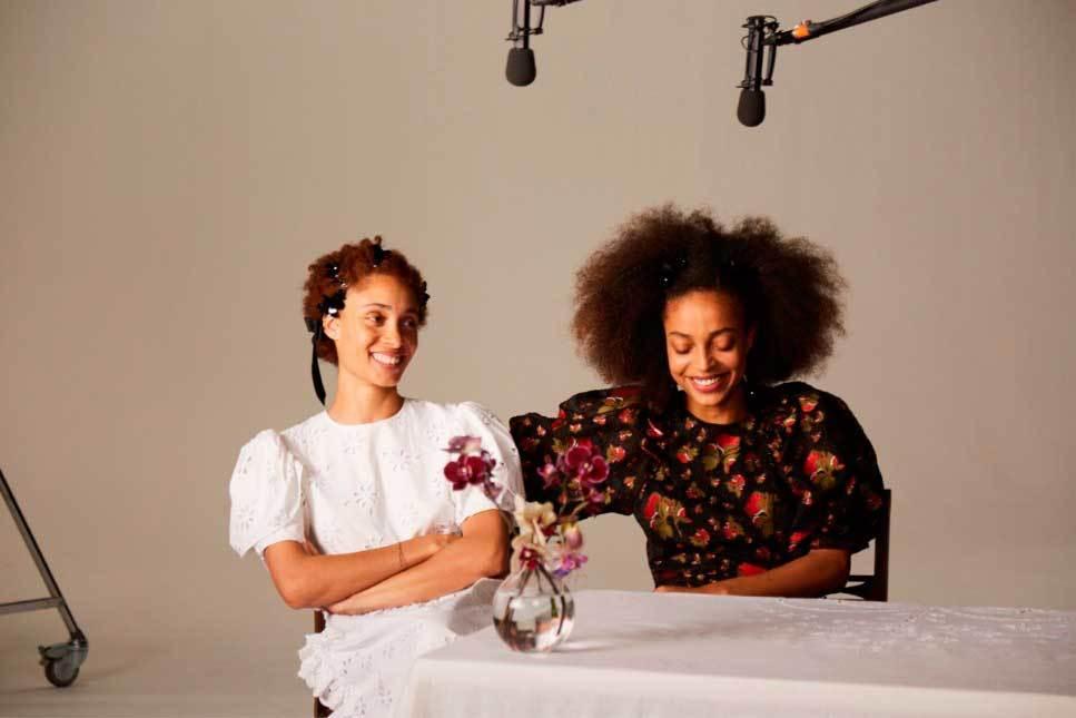Dos modelos con vestidos de la colección de Simone Rocha para H&M.