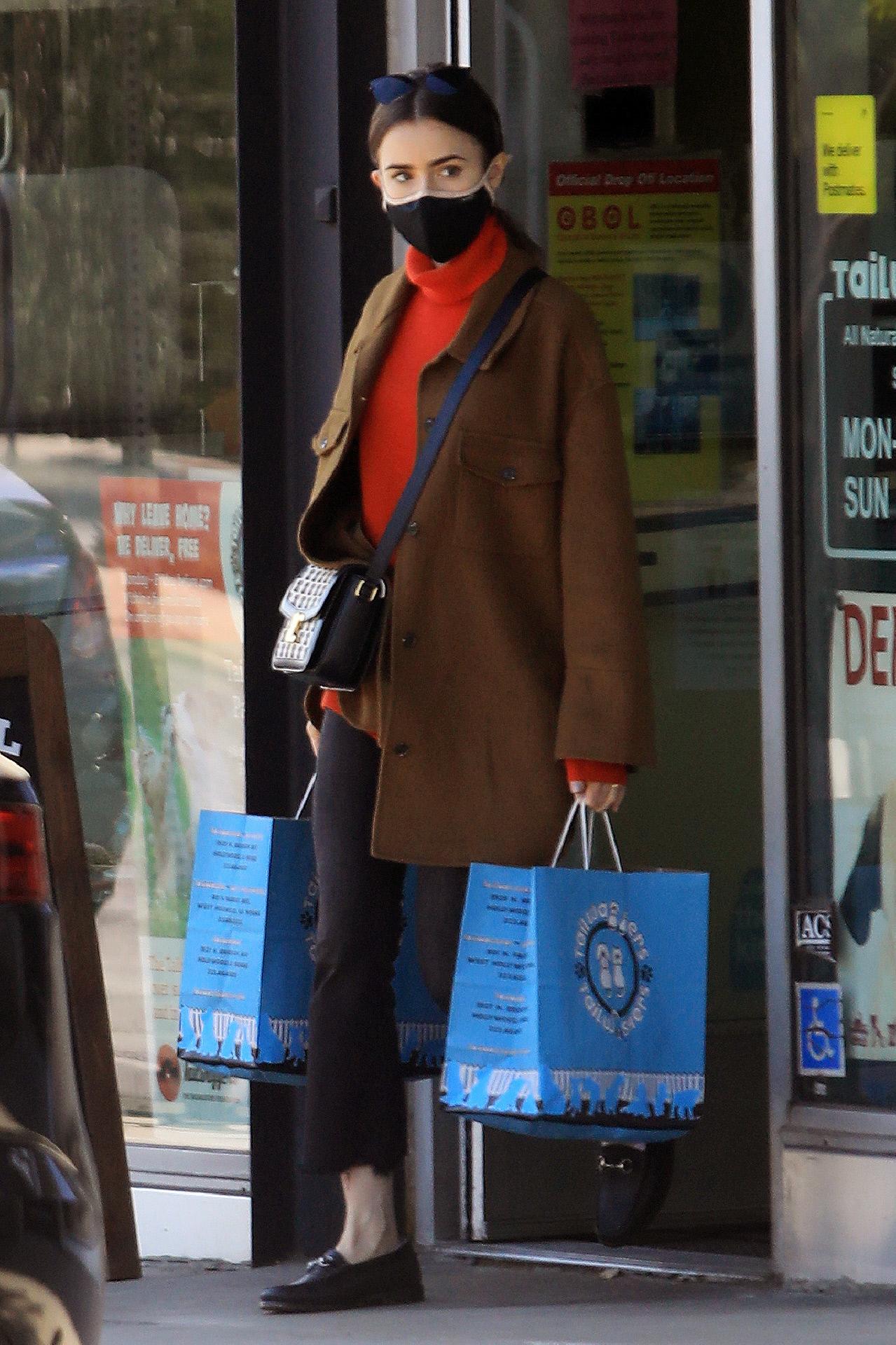 La actriz Lily Collins con sobrecamisa de Mango.