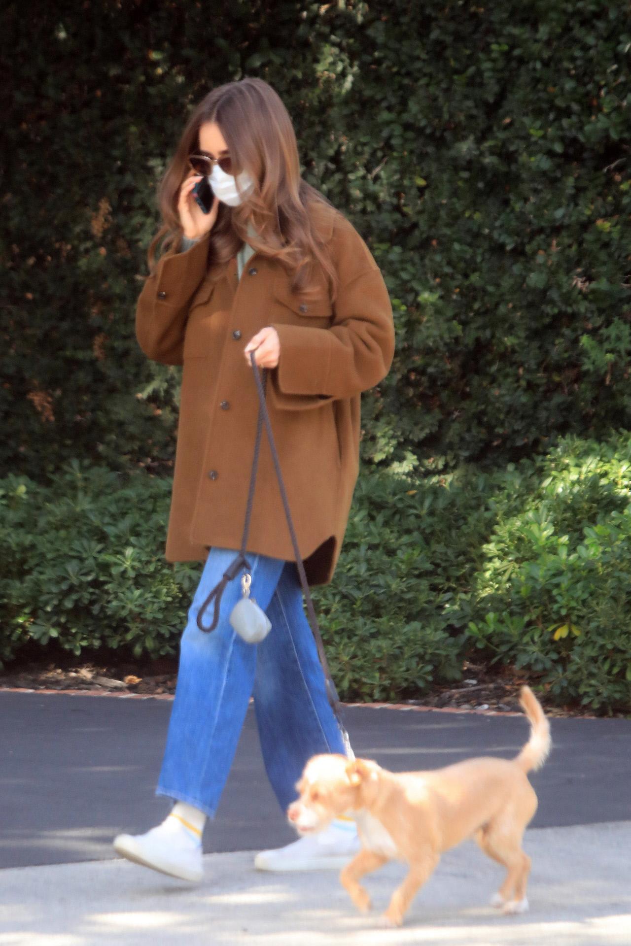 Lily Collins con sobrecamisa de Mango.
