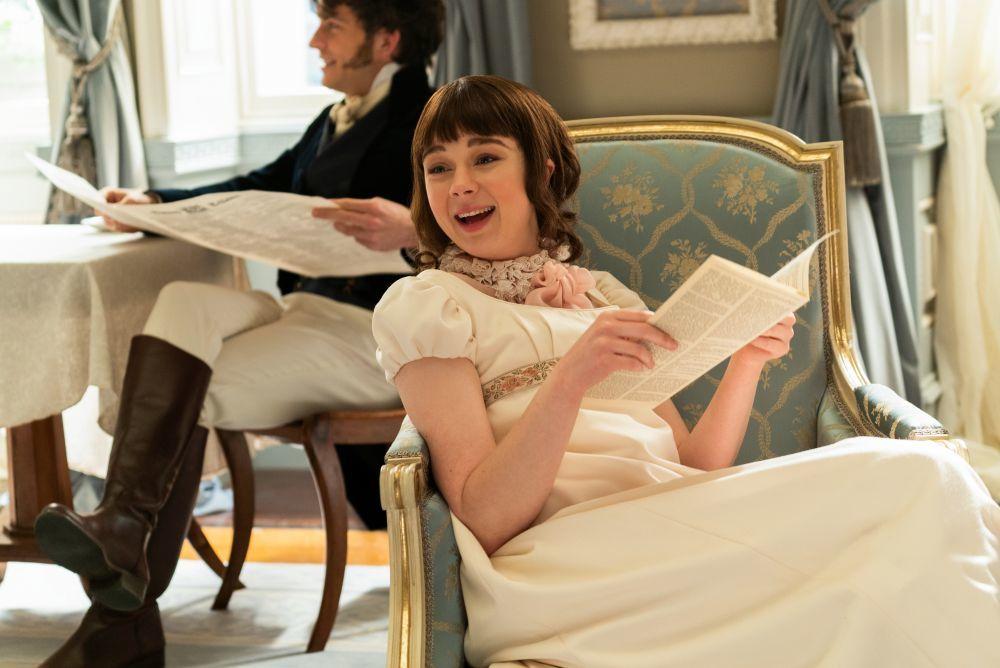"""Los personajes de """"Los Bridgerton"""" leen el libelo que escribe Lady Whistledown con rumores sobre la sociedad londinense de la época."""