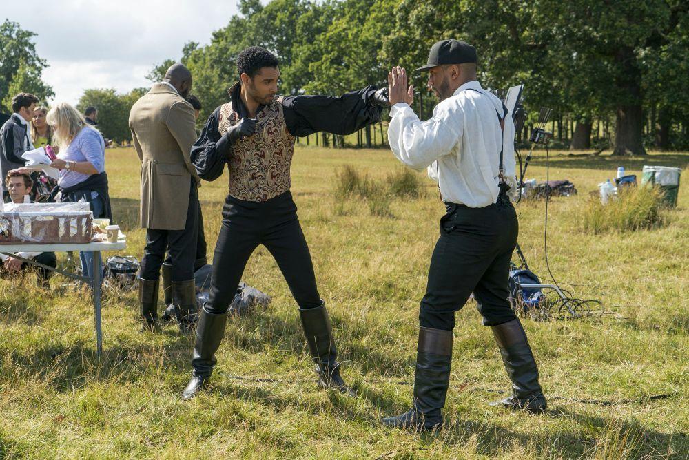 """Regé-Jean Page practicando sus asaltos en el set de rodaje de """"Los Bridgerton""""."""
