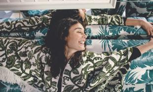 Nadia de Santiago, con poncho de flores de Lebor Gabala y camiseta de...