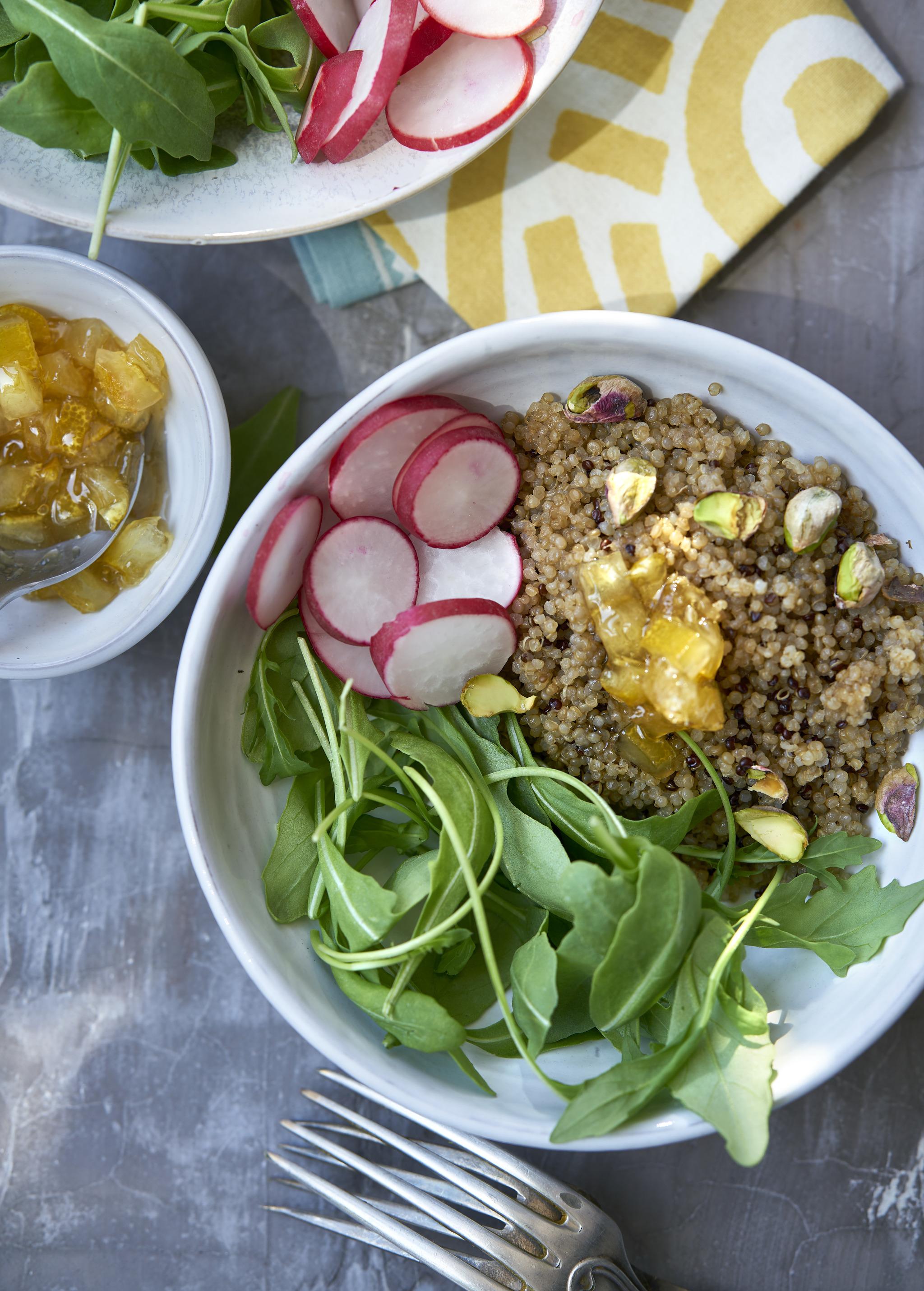 Ensalada de quinoa, pistachos y limón confitado.
