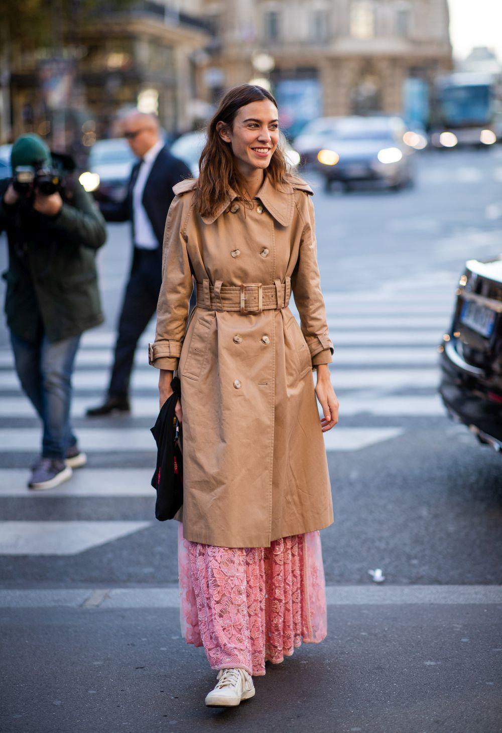 Alexa Chung con trench, vestido y sneakers.