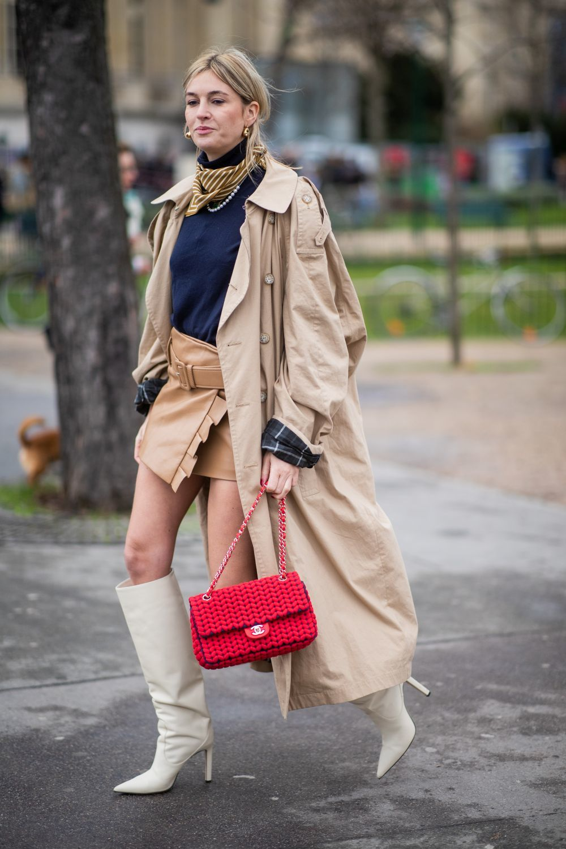 Camille Charriere, con botas y falda mini.