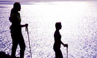 Practicando la marcha nórdica en la Isla de Pascua.