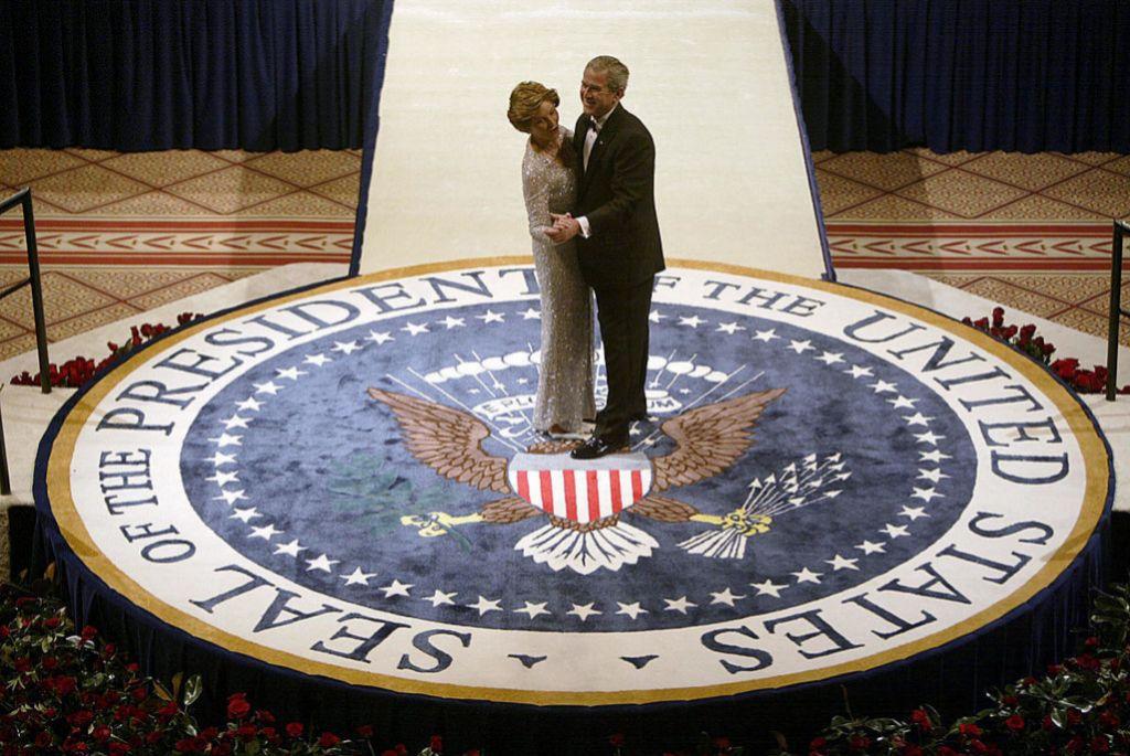 George y Laura Bush en el National Building Museum de Washington (20 de enero 2005).