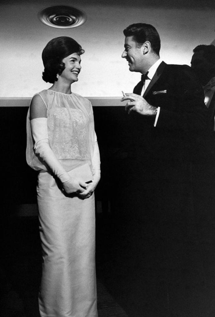 Jackie con Peter Lawford antes de comenzar el baile.