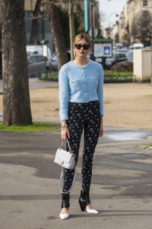 Camille, en París, con cardigan de lana.