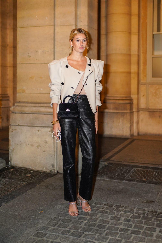 Camille con unos pantalones de cuero.