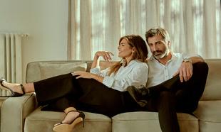 Nuria posa con camisa Dior, pantalón Nina Ricci, sandalias Carolina...