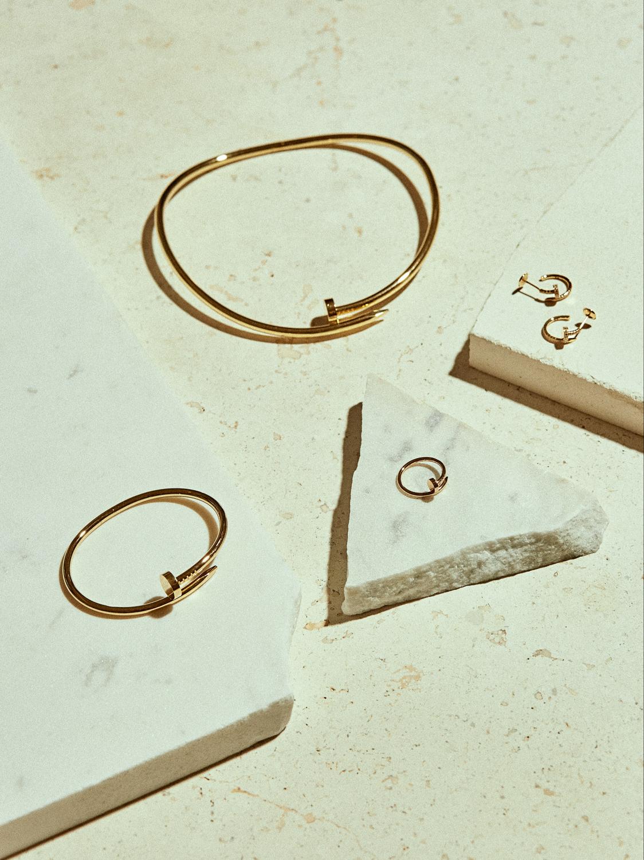 En la imagen; collar, pulsera, anillo y pendientes realizados en oro...