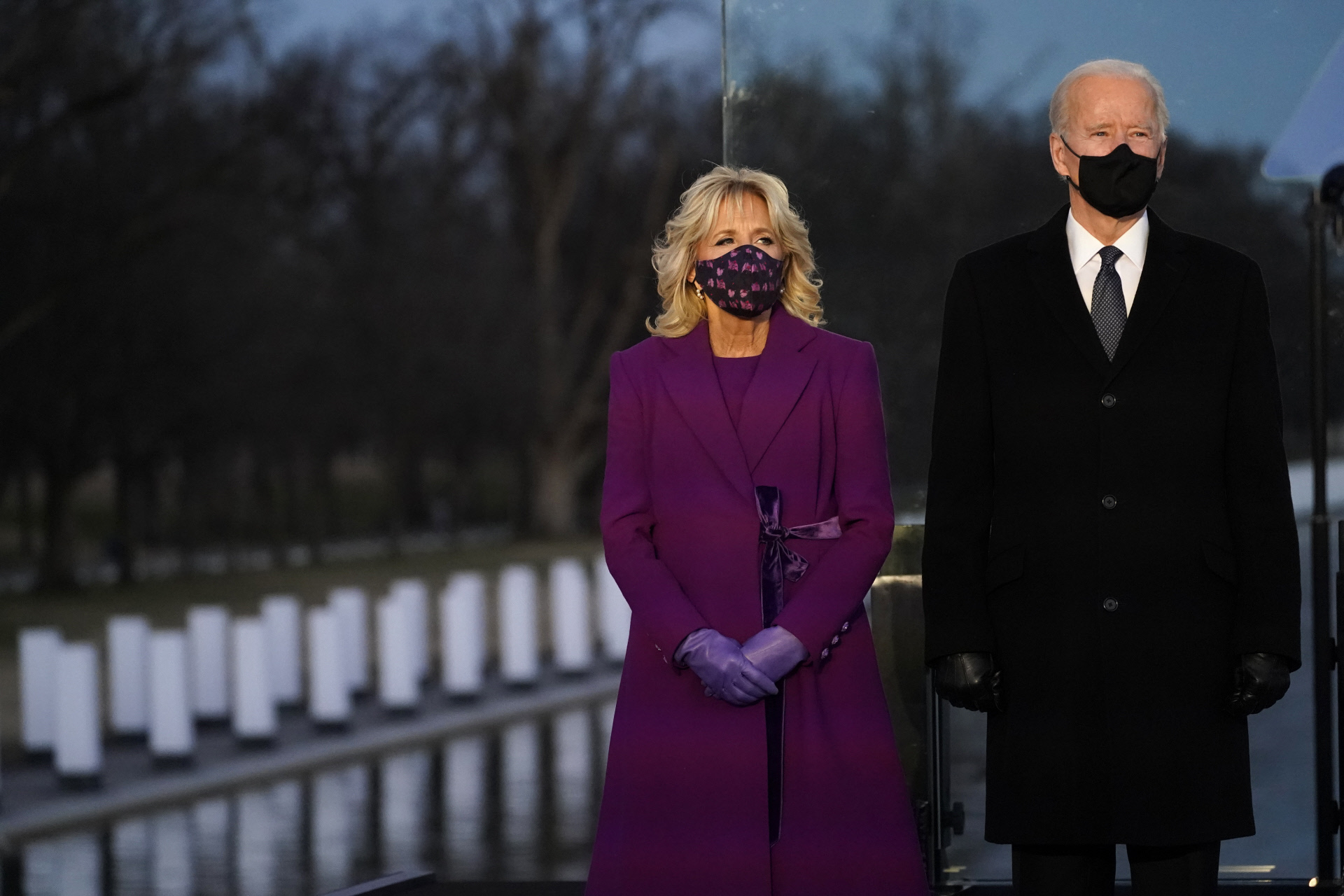 Joe y Jill Biden en el homenaje a las víctimas mortales  del coronavirus en el Monumento a Lincoln, de Washington