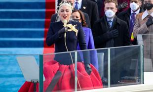 Lady Gaga ha entonado el himno nacional en la investidura de Joe Biden...