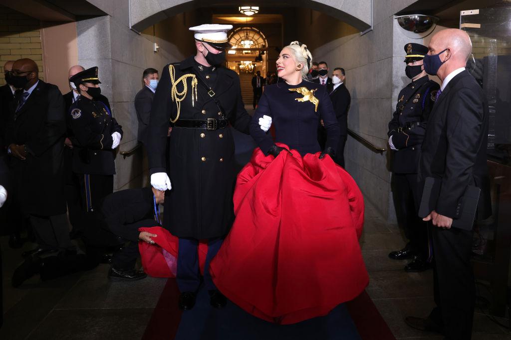 Lady Gaga con un diseño creado por Daniel Roseberry, director creativo de Schiaparelli.