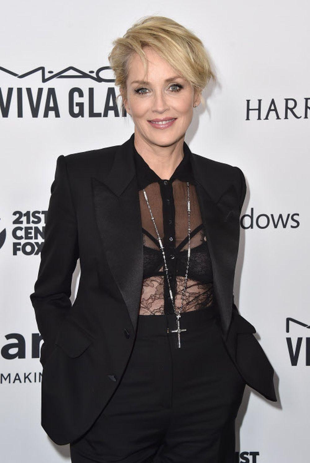Sharon Stone con un pixie con flequillo largo desfilado.
