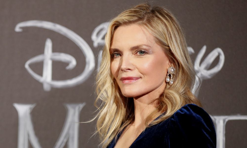 Michelle Pfeiffer luciendo un long bob con capas y mechas luminosas.