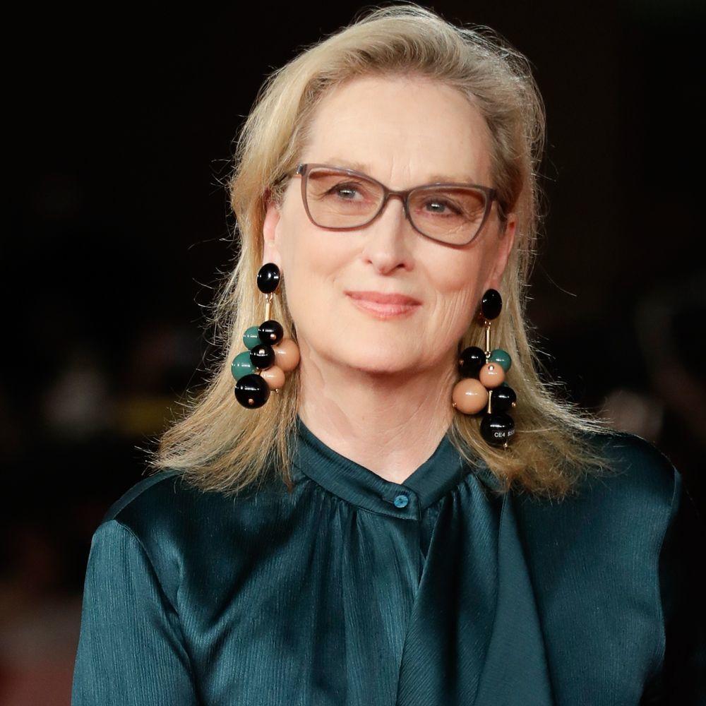Meryl Streep y su icónica melena sobre los hombros en tonos rubios cálidos.