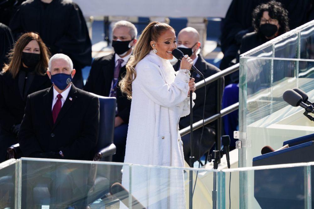La cantante lució una falsa coleta y un maquillaje ultraluminoso en la ceremonia inaugural.
