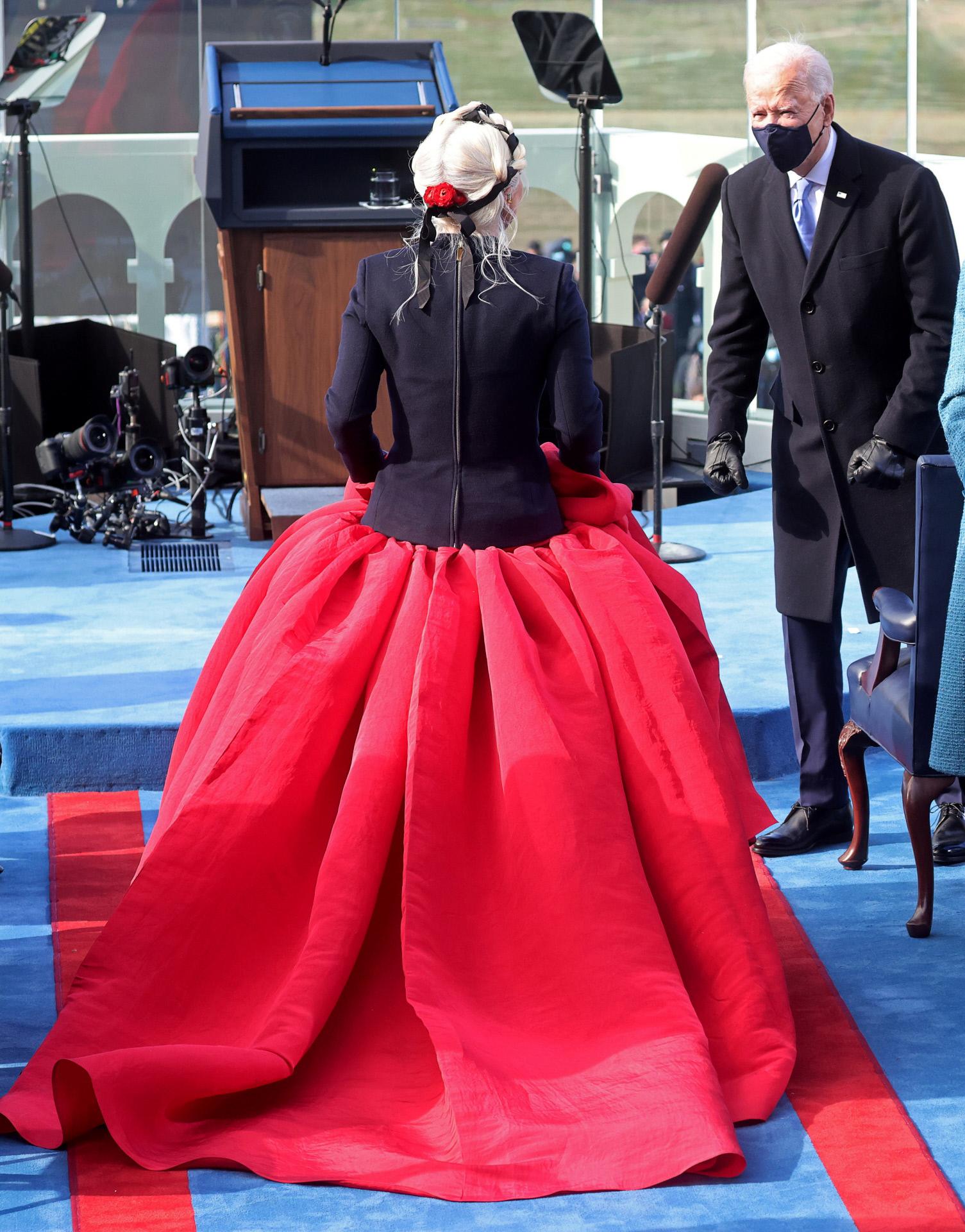 La cantante saluda a Joe Biden a su salida al escenario.