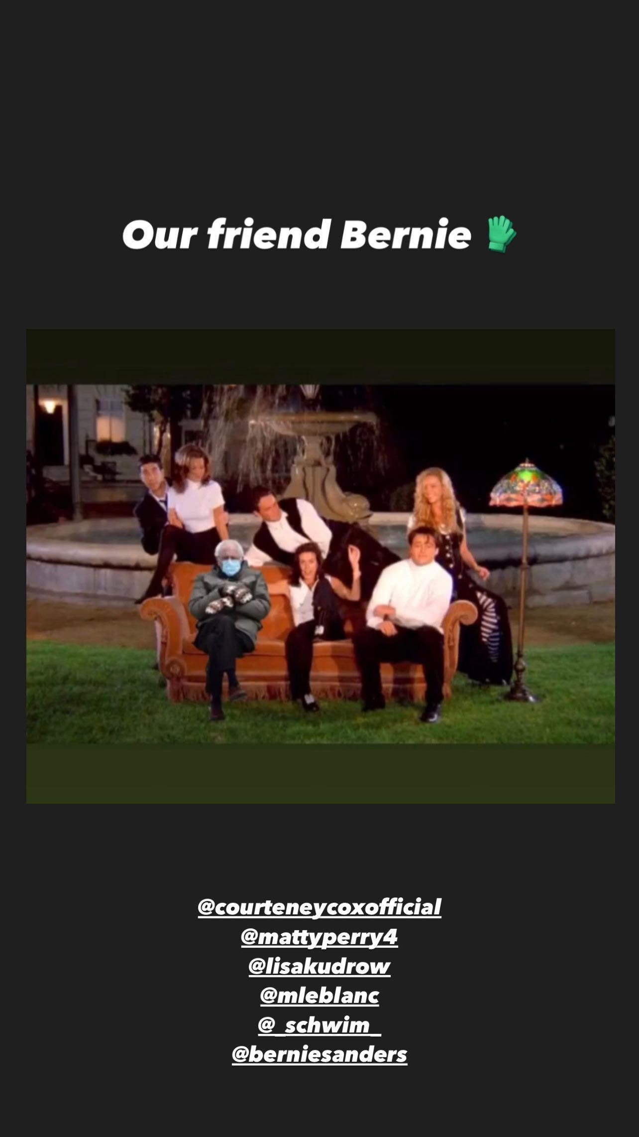 En los stories de Instagram de Jennifer Aniston, sentado en el sofá de <em>Friends</em>.