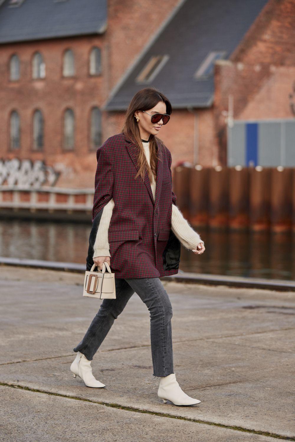 Outfit con botines de tacón bajo.