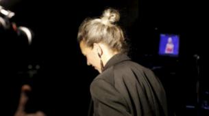 Isabel Marant nos inspira con su melena plateada y con su moño top...