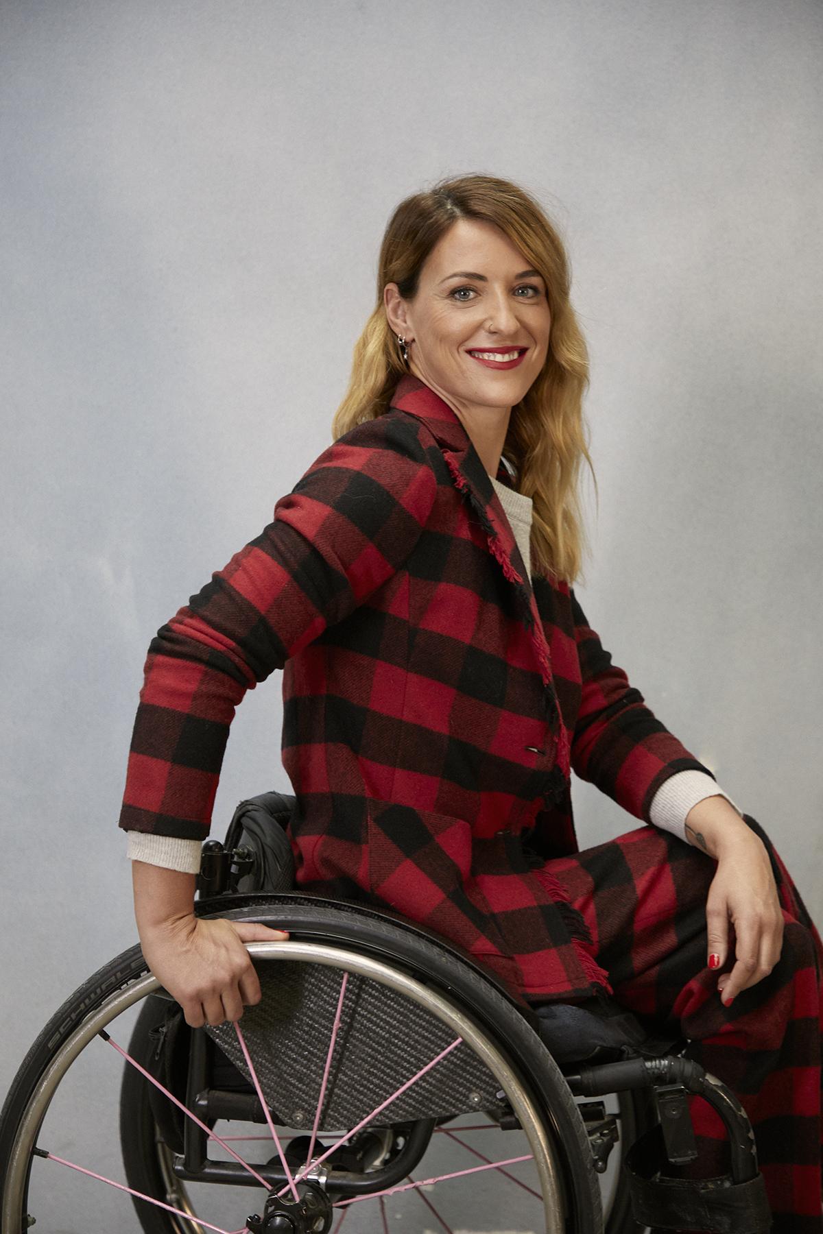 Eva Moral viste chaqueta y pantalón de cuadros de WOOLRICH y jersey de UNIQLO.