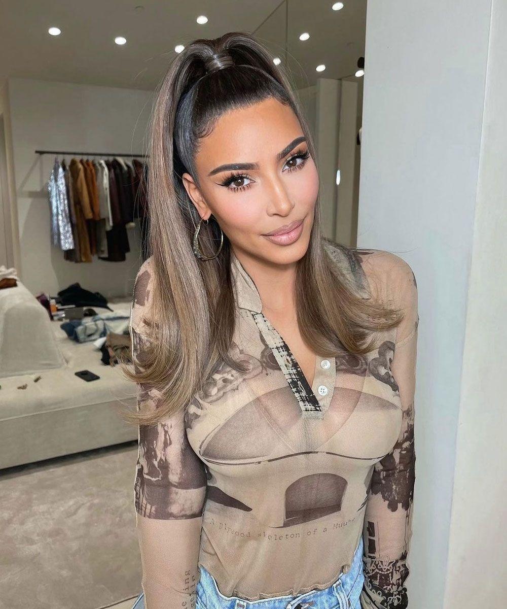 Kim Kardashian luciendo la nueva tendencia de color de pelo Mousy Hair...