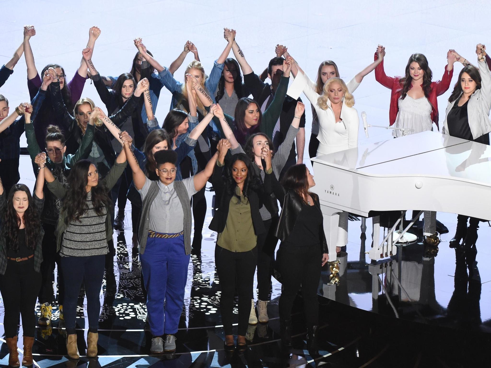 Lady Gaga rodeada de mujeres en denuncia del