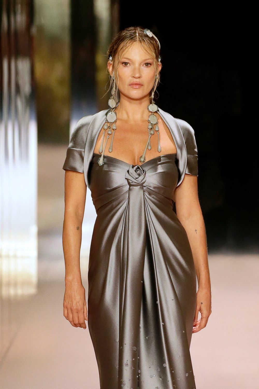 Kate Moss fue otra de las modelos icónicas que desfiló para Fendi.
