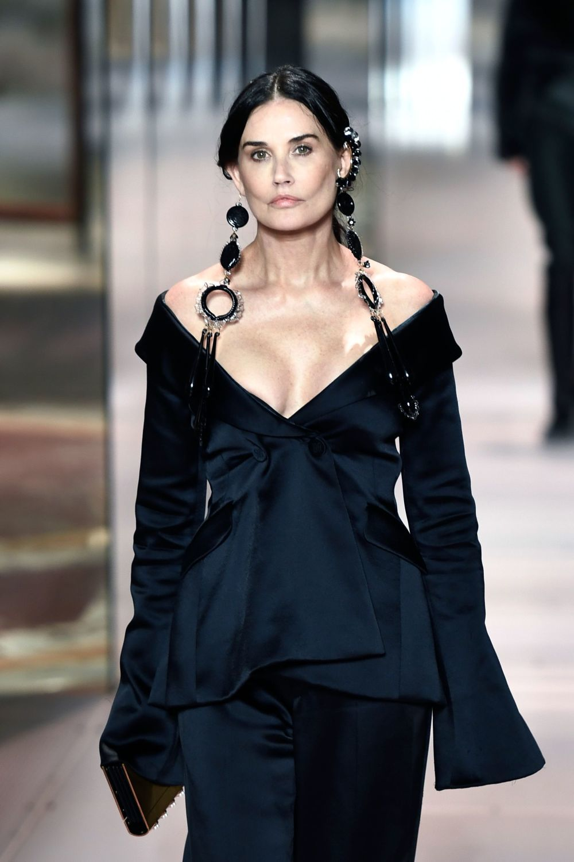 Demi Moore desfilando para Fendi en la Alta Costura de París.