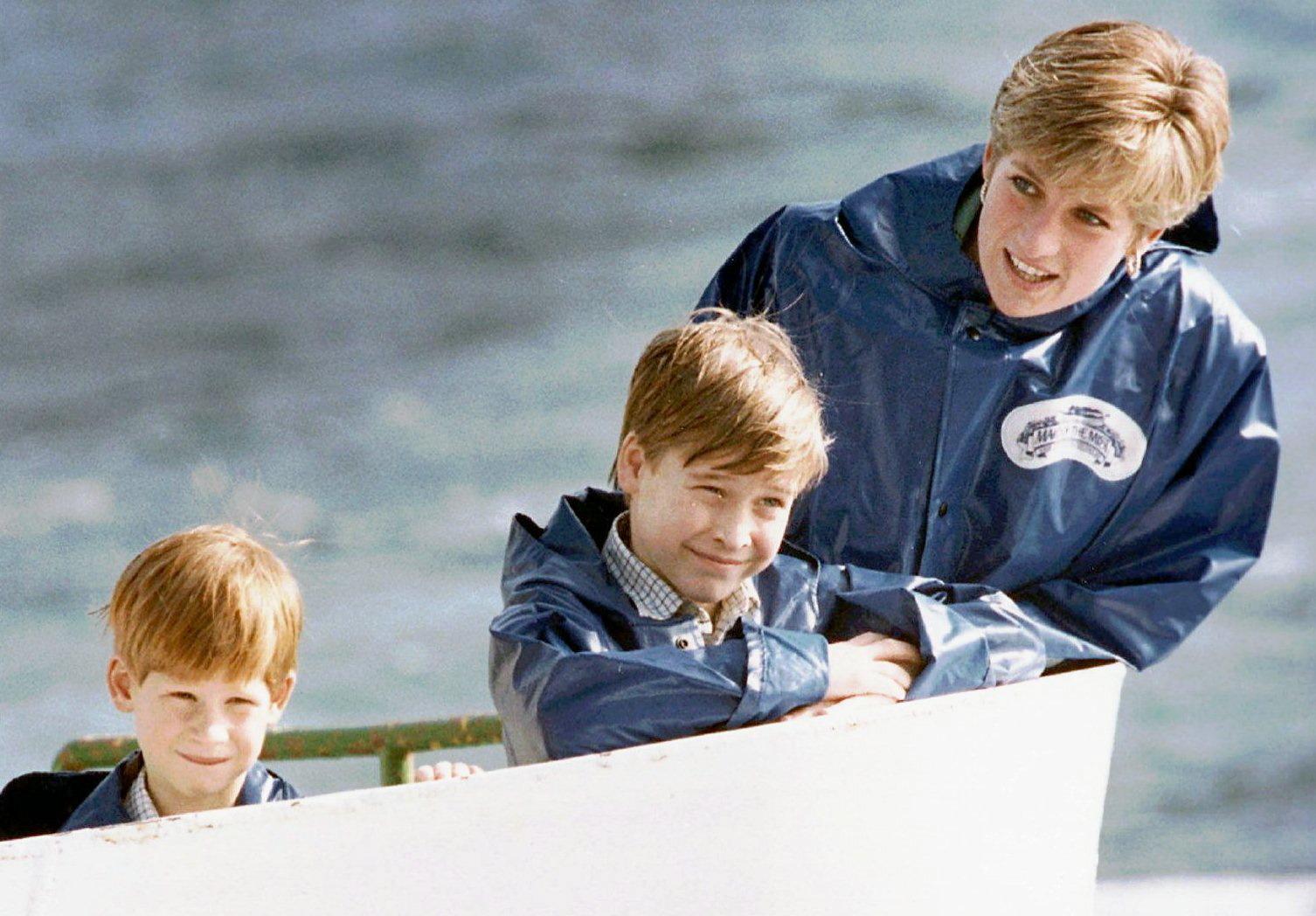 """Los príncipes Harry y Guillermo junto a su madre, Lady Di, en una imagen próxima a la fecha en la que transcurre """"Spencer""""."""