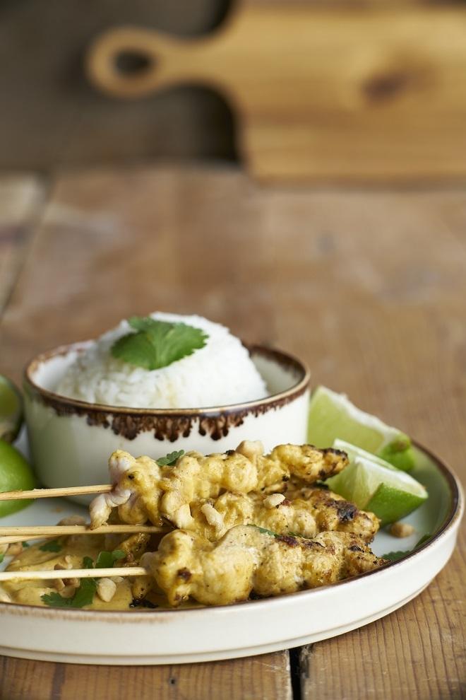 Brochetas de pollo Tikka Massala con arroz de jazmín