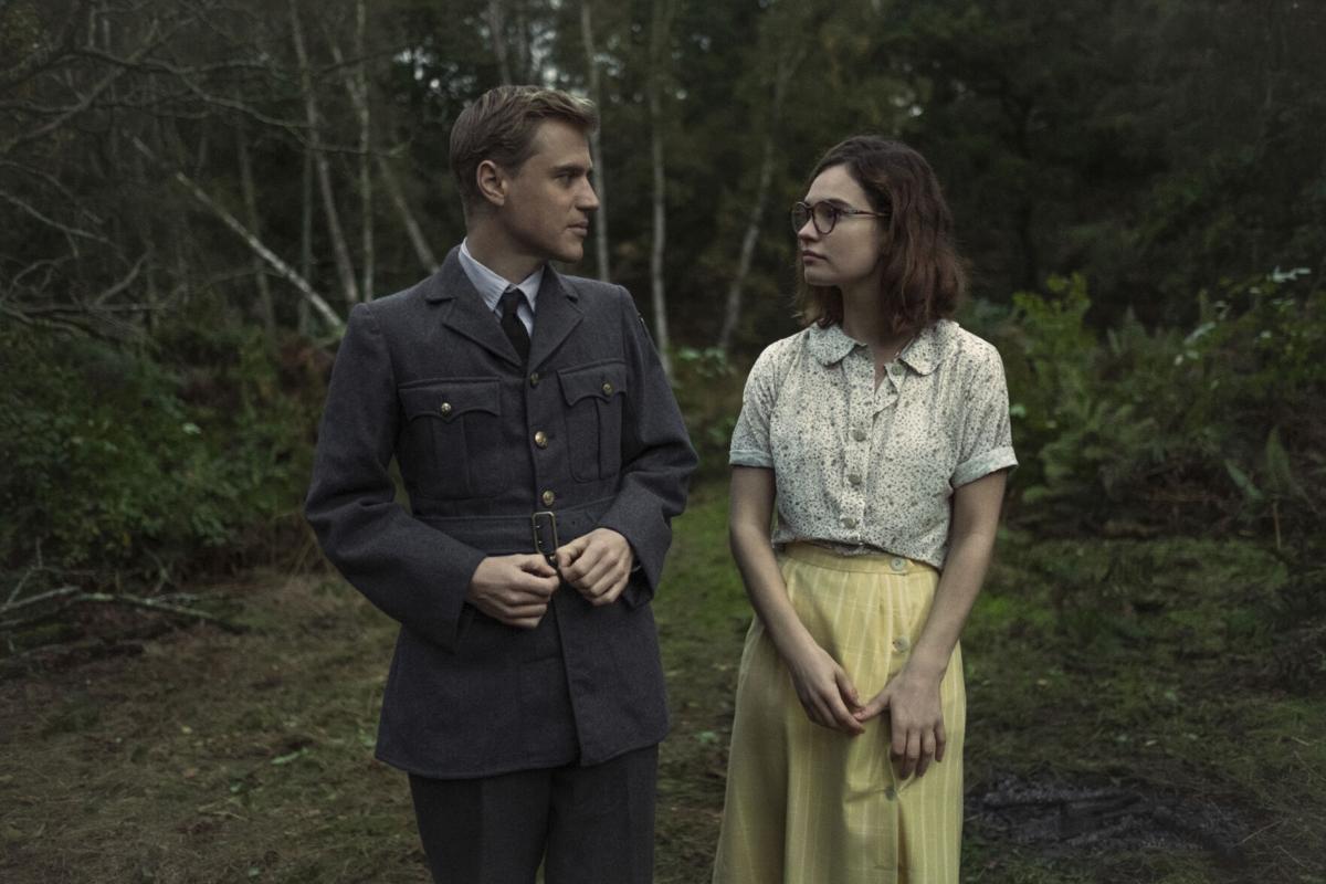 """Lily James (Mamma Mia, Downton Abbey) y Johnny Flynn (Emma, Beast) son coprotagonistas de """"La Excavación""""."""