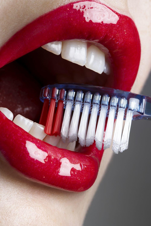 Presta atención siempre a tu lengua y a tu boca y extrema la higiene para evitar la transmisión de distintos virus y otras enfermedades.