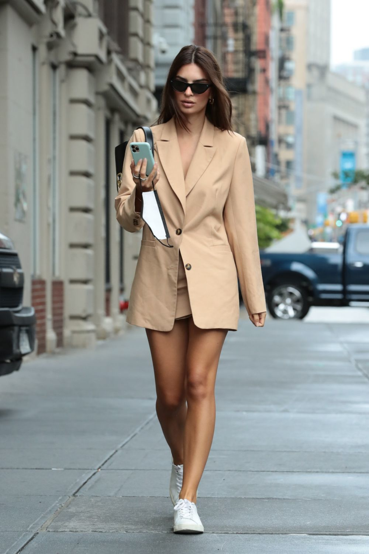 De Adidas a Reebok, Emily ratajkowski prefiere las zapatillas clásicas.