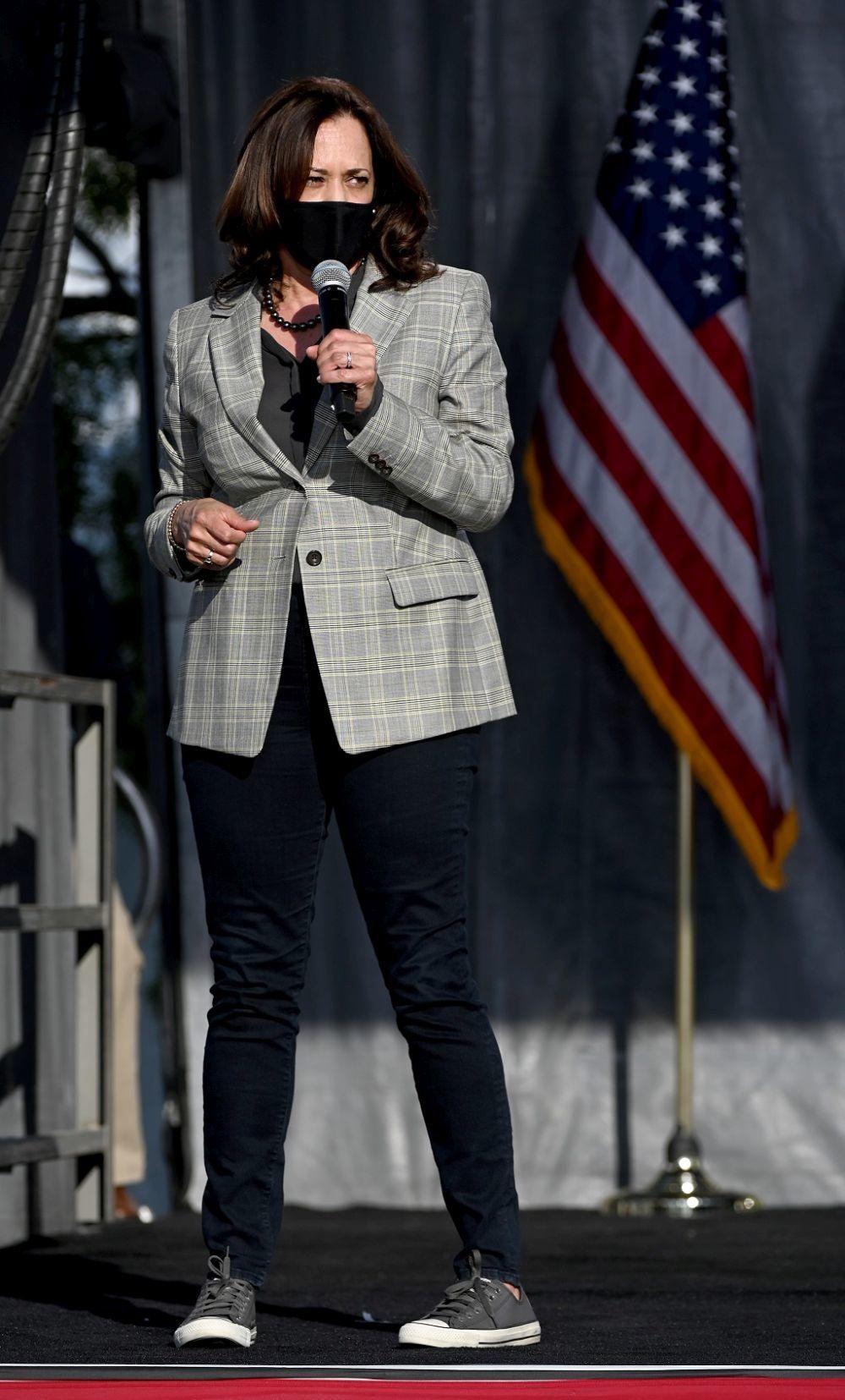 Kamala Harris con zapatillas Converse All Star.