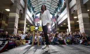 Kamala Harris con zapatillas Converse.