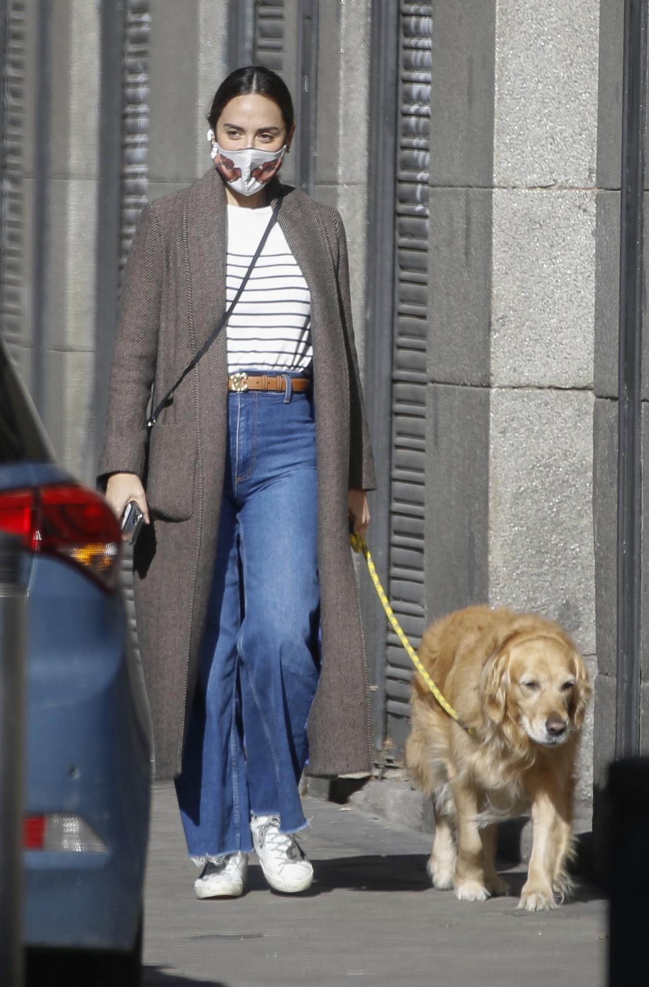 Tamara paseando a su perra Vanilla.