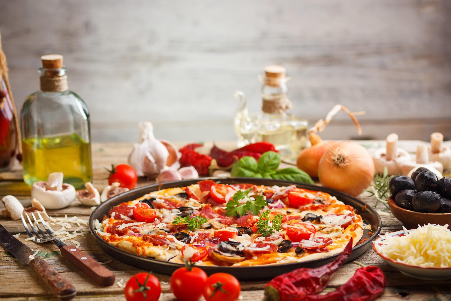 Pizza con base de tortillas de harina.