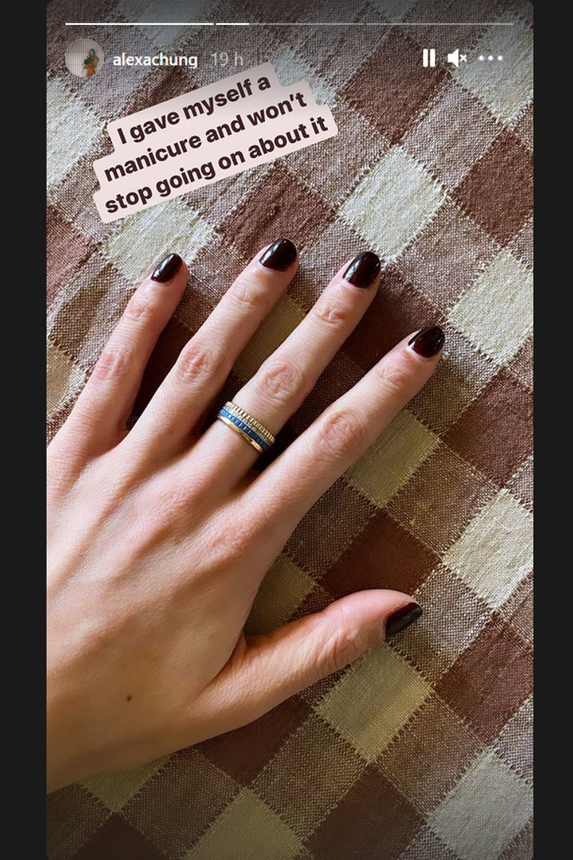 La nueva manicura de Alexa Chung black cherry nos inspira para esta temporada.