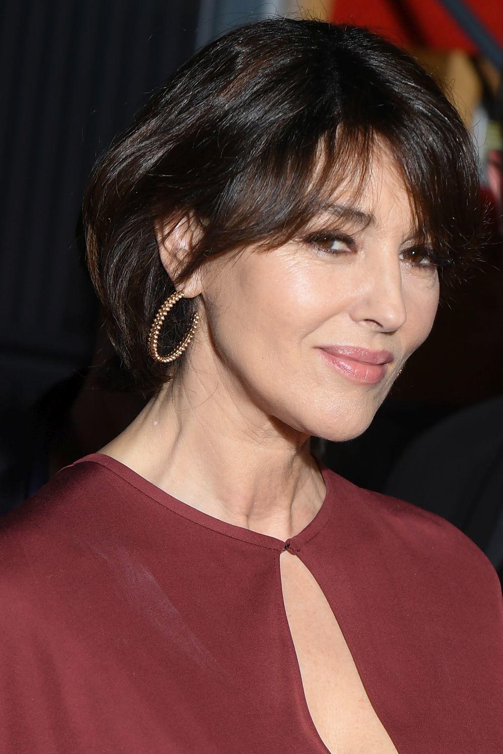 Monica Bellucci con una melena más corta y con flequillo, lleva los...