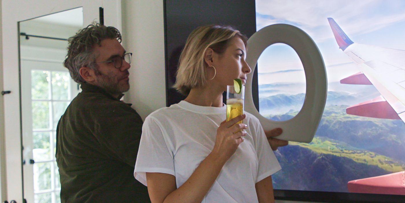 En el documental, fingen estar en un avión gracias a un proyector y a una tapa de váter.